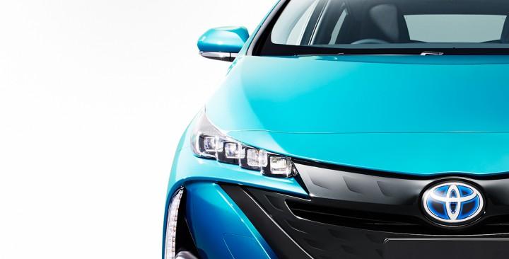 トヨタ、プリウスのプラグインハイブリッド車「プリウスPHV」を5年振りに復活し2016年冬に販売開始。