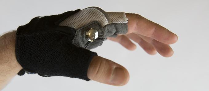 自転車乗りがクルマやバイクなどから身を守るウィンカー付きのグローブ「Zackees Turn Signal Gloves」とは