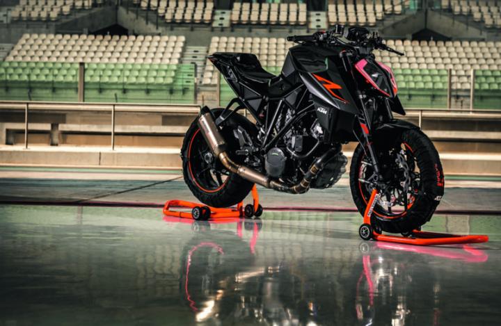 KTM、新しいデザインとなった「DUKE」シリーズをEICMAで公開。2気筒エンジン搭載の「790 DUKE」プロトタイプも発表。